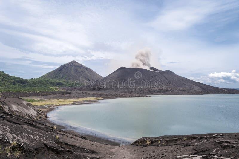 登上Tavuruvur火山爆发 腊包尔,巴布亚新几内亚 库存图片