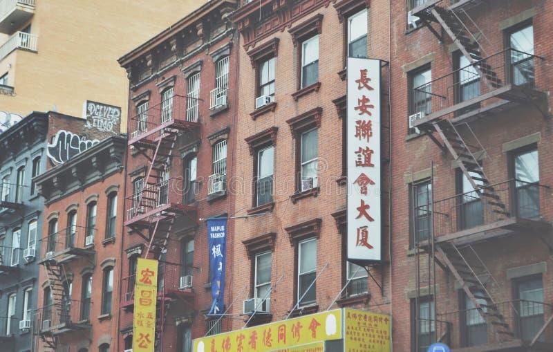 下东城纽约唐人街老廉价公寓公寓防火梯 库存图片