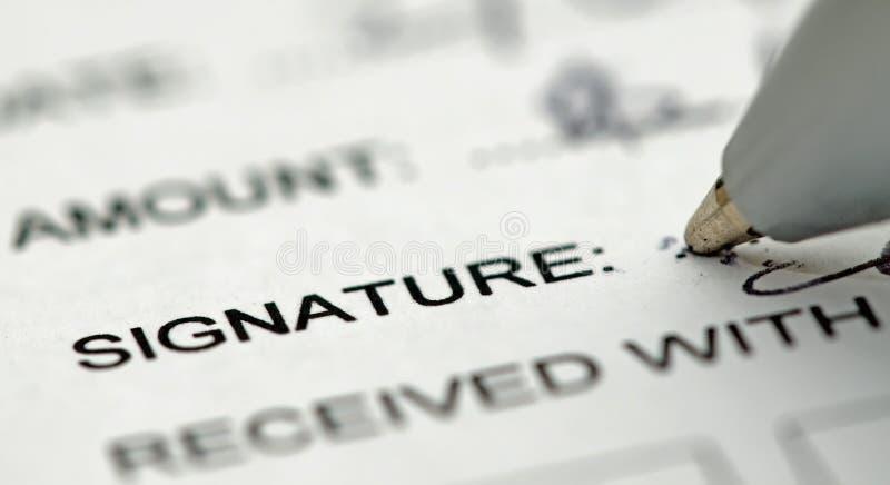下个笔签名签署的文本 免版税库存图片