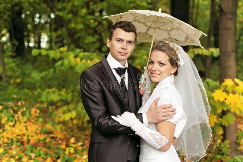 Download 下伞 库存图片. 图片 包括有 丈夫, 森林, 褂子, brander, 新婚佳偶, 连衣裙, 最近, 庆祝 - 22356811