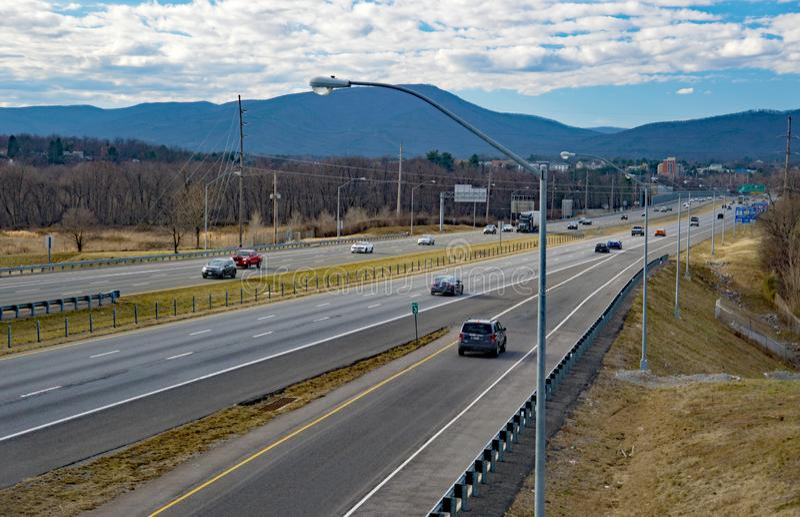 下午交通的看法在高速公路I-581的 免版税库存图片