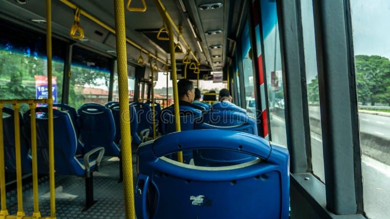 下午离开KTM Sungai Buloh巴士站后,SMART Selangor巴士内的场景 图库摄影