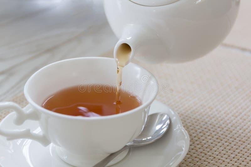 下午茶用在木桌上的红色茶 库存图片