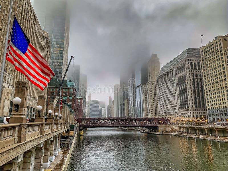 下半旗沿芝加哥河的美国国旗在一个有雾的早晨 免版税库存照片