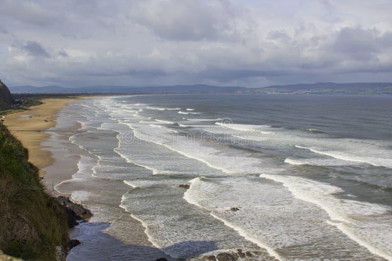 下坡海滩看法从峭壁上面的在下坡私有地的Mussenden寺庙在伦敦德里郡在北爱尔兰 免版税图库摄影