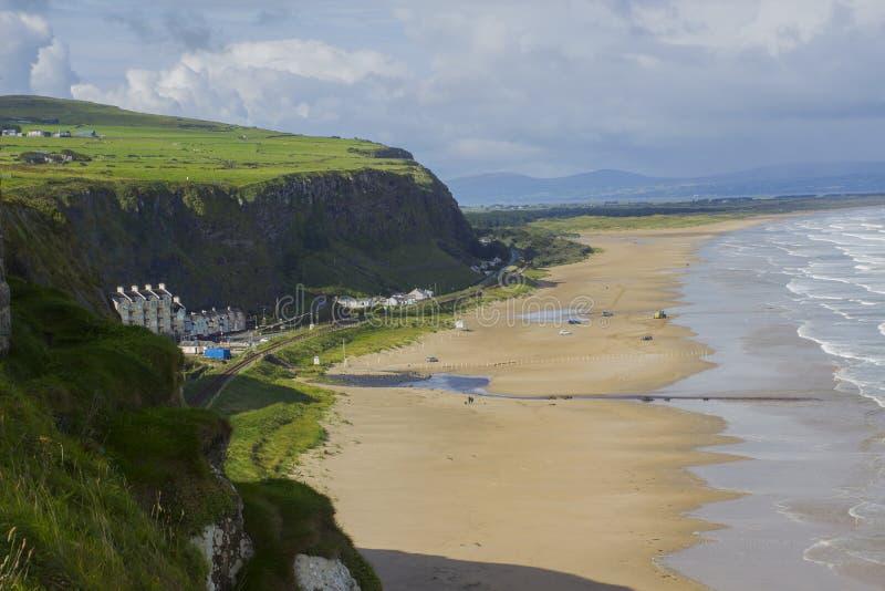 下坡海滩看法从峭壁上面的在下坡私有地的Mussenden寺庙在伦敦德里郡在北爱尔兰 免版税库存照片