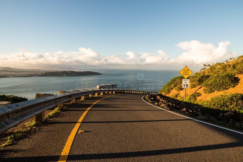 下坡路向海 免版税图库摄影
