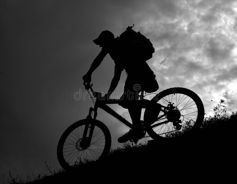 下坡骑自行车的人 库存图片