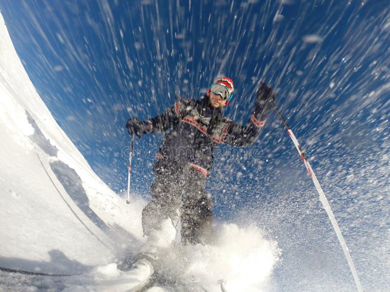 下坡高山滑雪高速在粉末雪。 库存照片