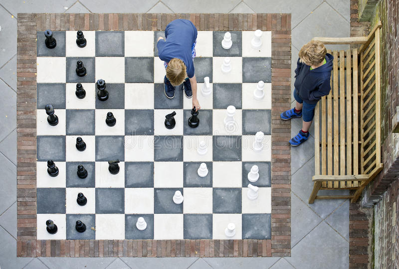 下室外棋的两个男孩 图库摄影