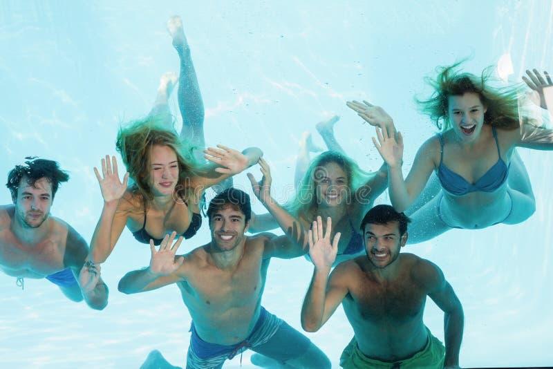 水下小组年轻的朋友 免版税图库摄影