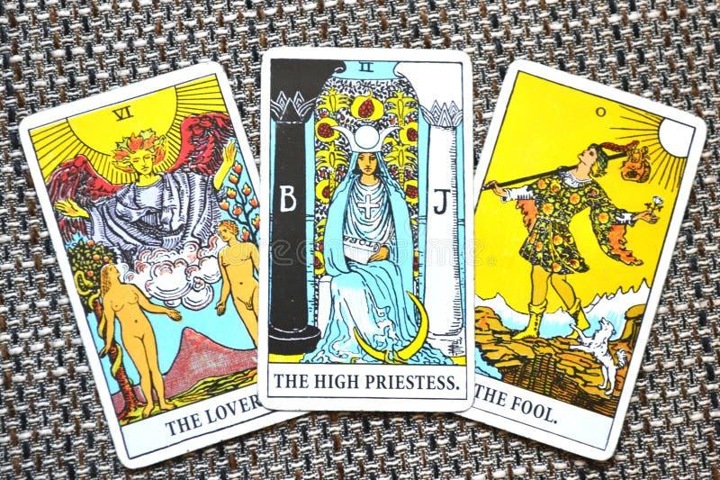 下意识高女教士的占卜用的纸牌,高自已恋人傻瓜背景 库存例证