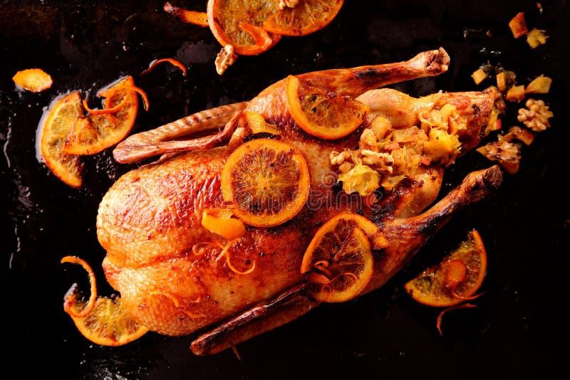 下来上面观点的整个烤鸡 免版税库存照片