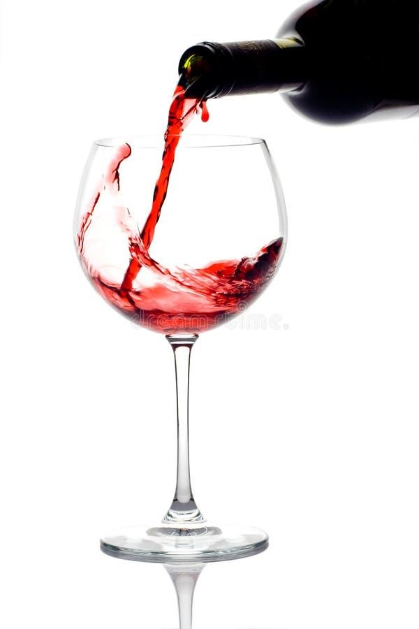 下来倒红葡萄酒的瓶 免版税库存图片