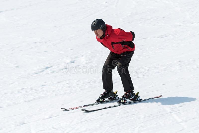 下来倾斜,不用滑雪的滑雪者黏附 免版税库存照片
