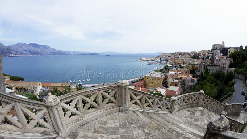 下来台阶到加埃塔在意大利 在港口和意大利海岸线的看法 库存照片