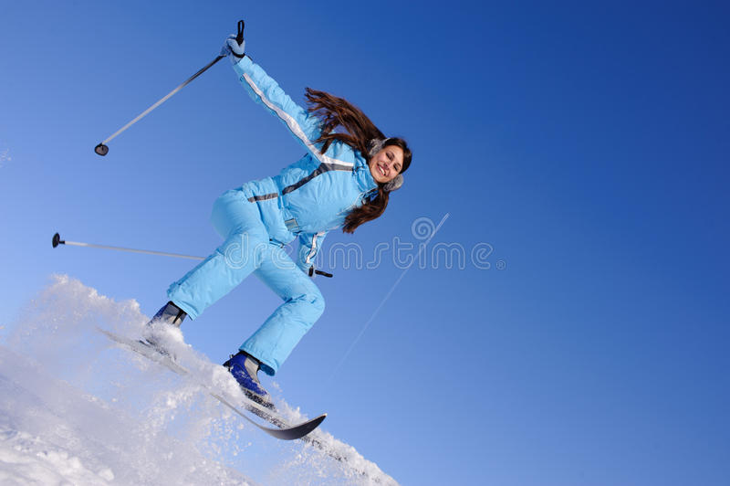 下来女孩滑雪 免版税库存照片