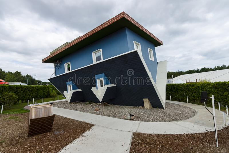 下来房子增长 受欢迎在乌瑟多姆岛海岛的客人中是一个旅游胜地 库存照片