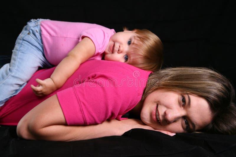 下来放置母亲的女儿 免版税库存照片