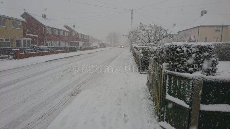 下来的汽车一条多雪的村庄街道 免版税库存照片