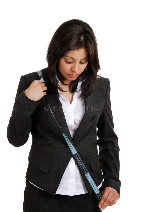 下来看起来评定的磁带的商业使用妇&# 免版税库存照片