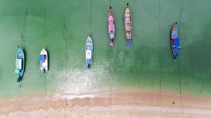 下来鸟瞰图上面在热带海美丽的海滩的泰国传统longtail渔船在普吉岛泰国 库存图片