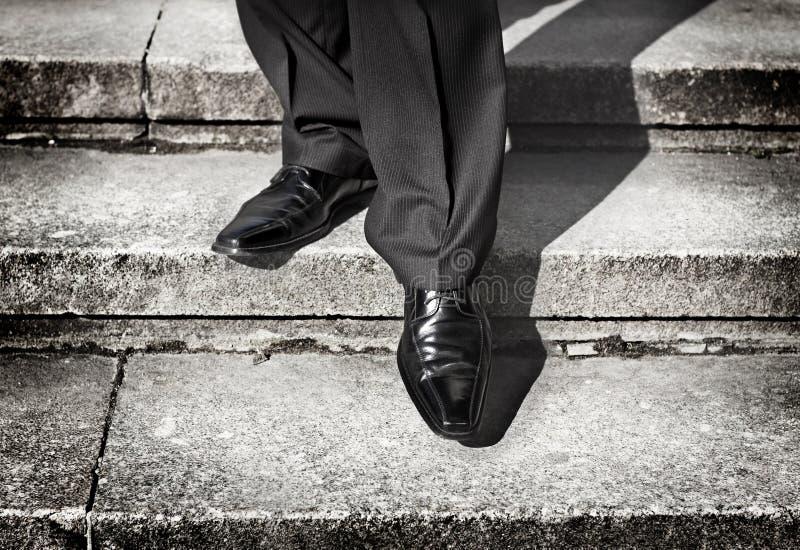 在较低层次采取步在台阶的商人腿 库存图片