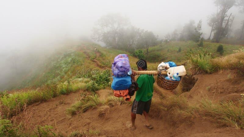 去下来从Rinjani山,龙目岛,印度尼西亚的搬运工 免版税库存照片