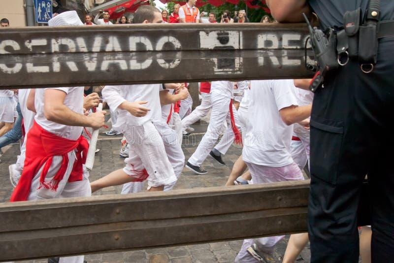 下来7头公牛7月潘普洛纳运行西班牙街 免版税库存图片