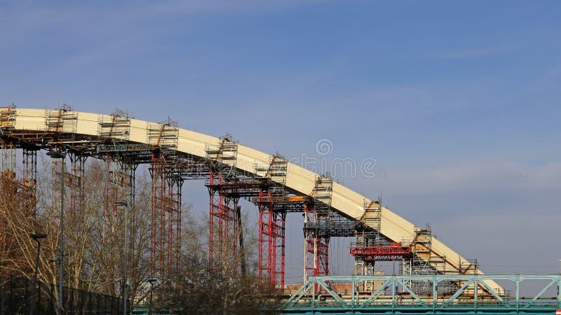 下桥梁建筑 库存照片