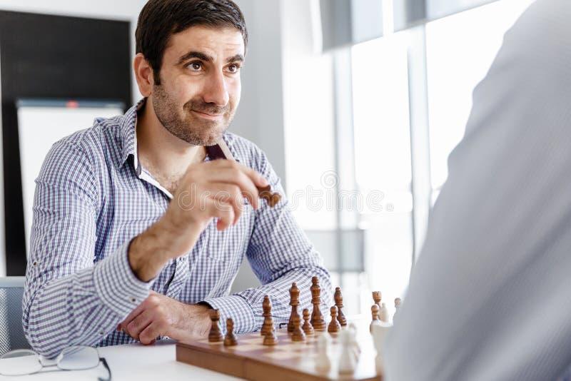 下棋的两年轻人画象  库存图片