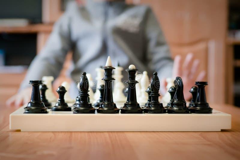 下棋的孩子在桌上 免版税库存图片