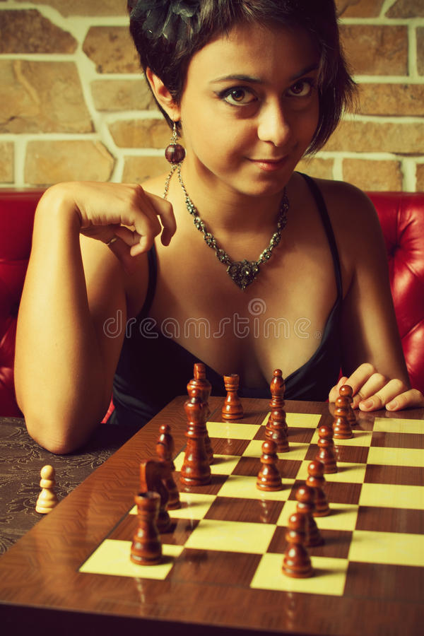 下棋的性感的女孩 免版税库存照片