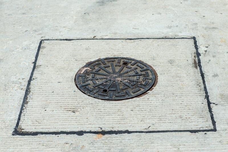 下水道接近的格栅流失在街道或走道附近的 水再通行系统 废水处理 免版税库存照片