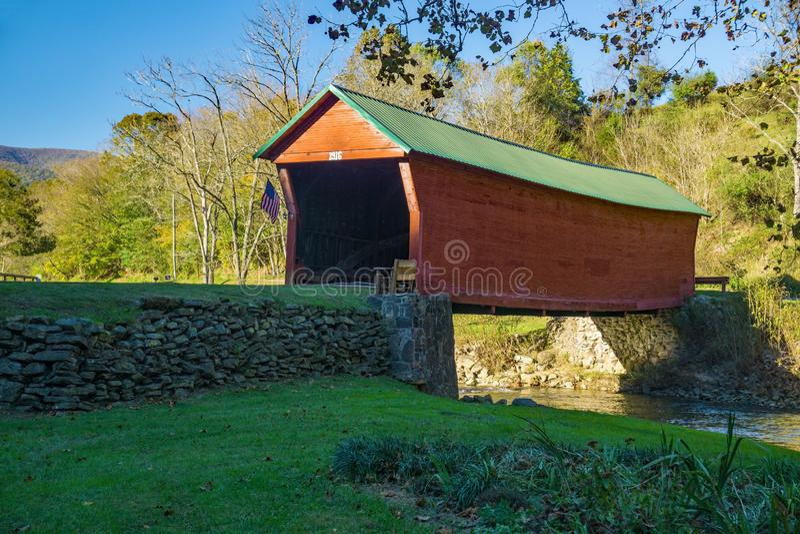 下沉的小河被遮盖的桥秋天视图  库存照片