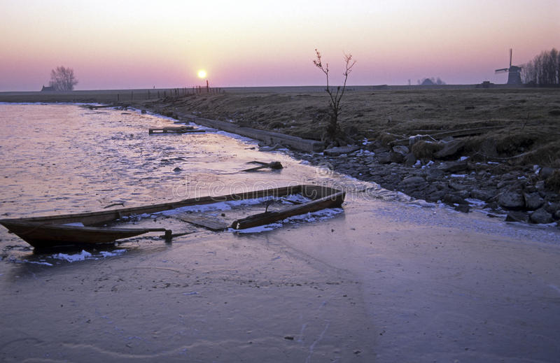 下沉的小船在冻湖 免版税库存照片