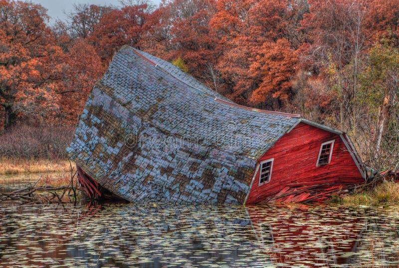 下沉的红色谷仓在双城附近位于Minneso 免版税图库摄影