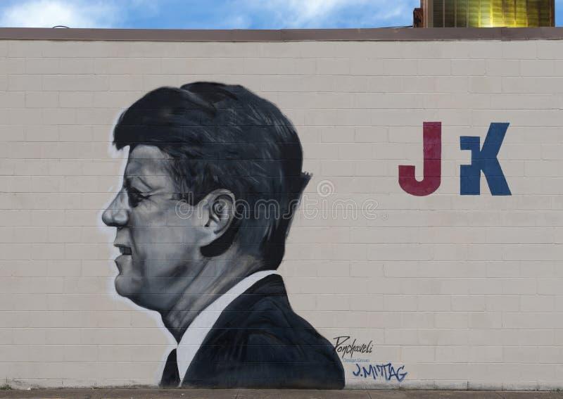 下油阴暗精炼厂天空 肯尼迪壁画特奥Ponchaveli和Josh Mittag,达拉斯,得克萨斯 免版税图库摄影