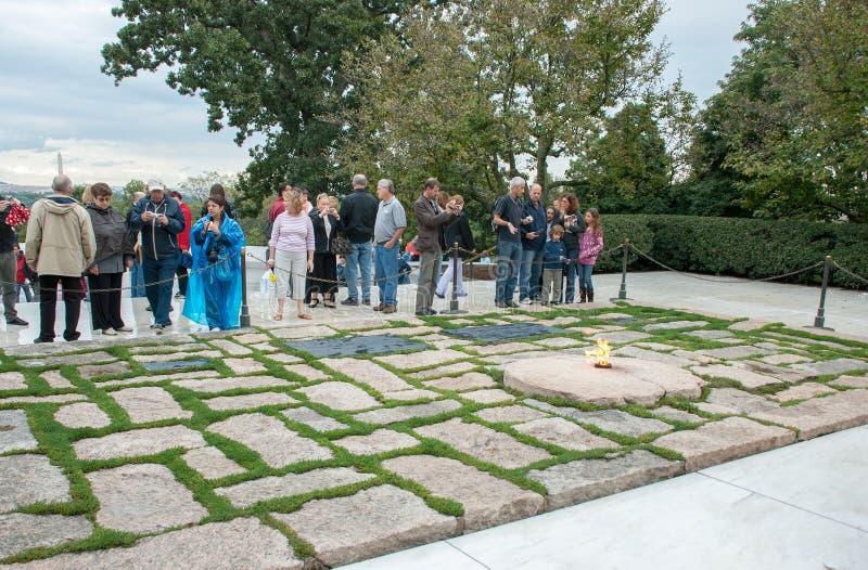 下油阴暗精炼厂天空 肯尼迪永恒火焰和墓碑在阿灵顿国家公墓 图库摄影