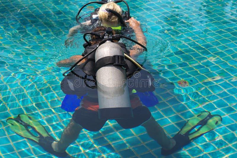 下潜主导的水肺 免版税库存照片