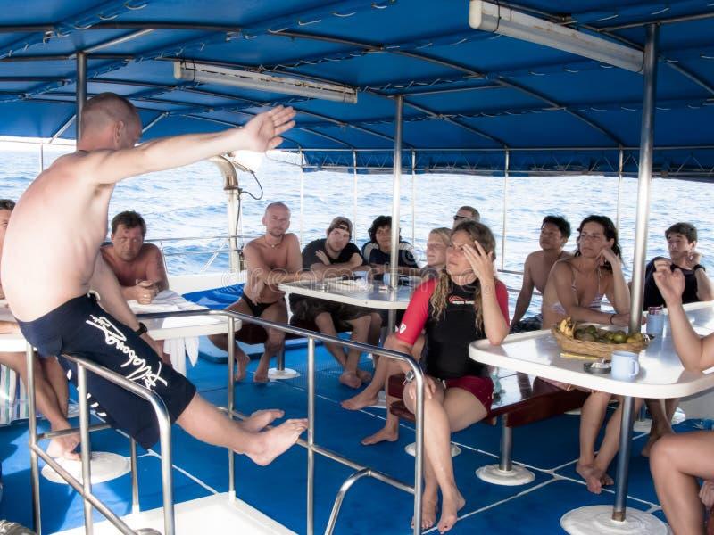 下潜辅导员在下潜前的简报潜水者 库存图片