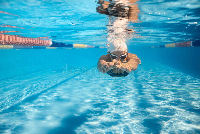 水下爬行的样式的游泳者 免版税库存照片
