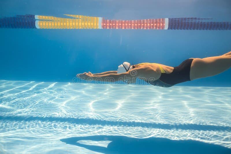 水下爬行的样式的游泳者 免版税库存图片