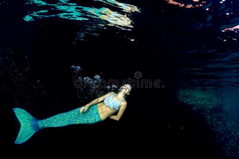 水下白肤金发的美丽的美人鱼的潜水者 图库摄影