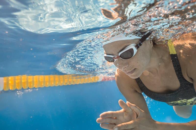 水下的游泳者特写镜头照片  库存图片