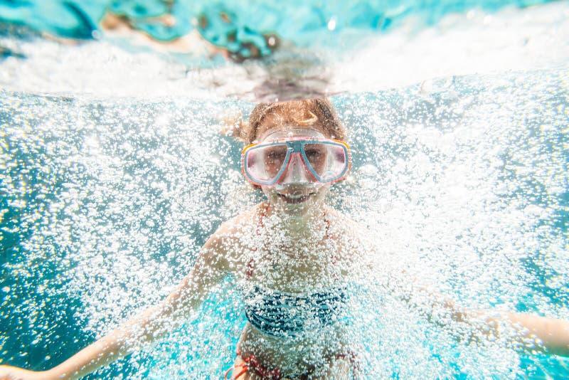 水下的水池的孩子 图库摄影