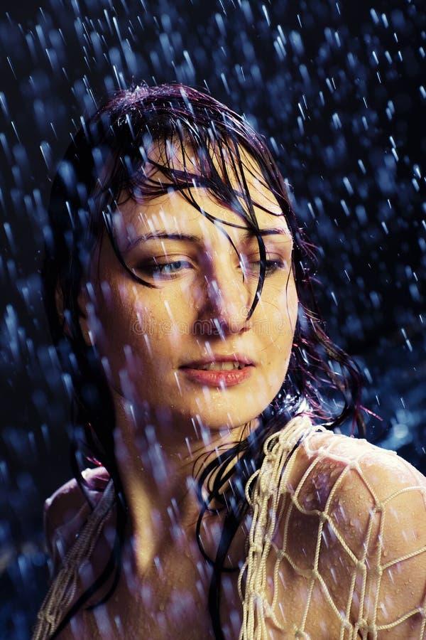 下美丽的女孩雨 免版税库存图片