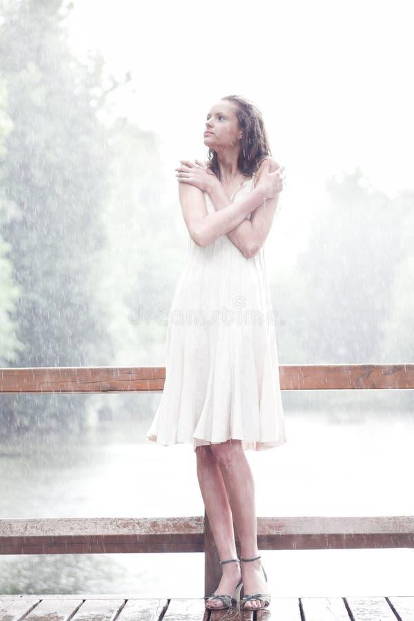 下落女孩下雨逗留 免版税库存照片