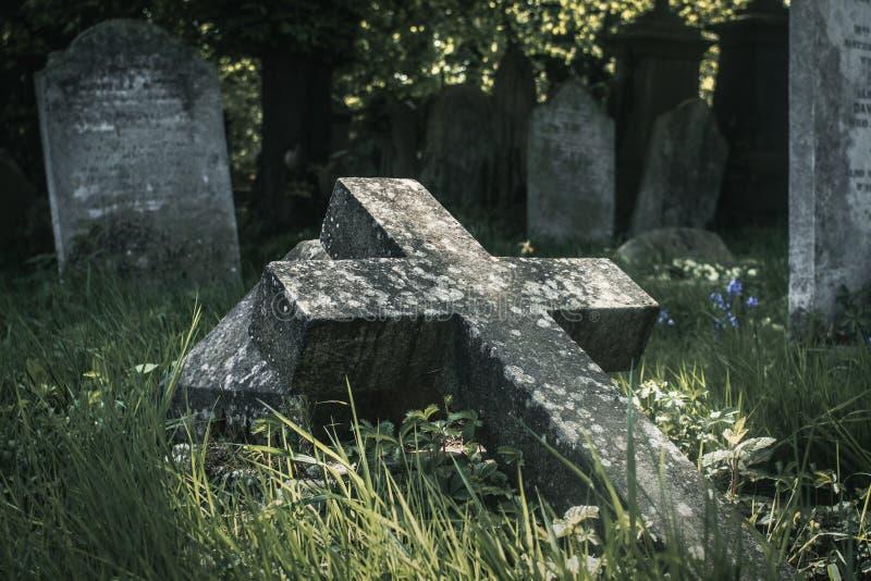 下落的十字架在公墓 库存照片