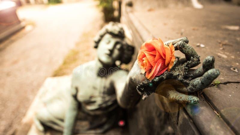 下落的天使雕象 库存图片
